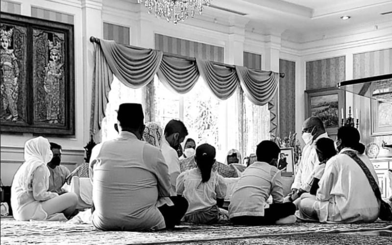 Suasana duka di rumah mendiang Adiguna Sutowo. - IG Story Iwet Ramadhan