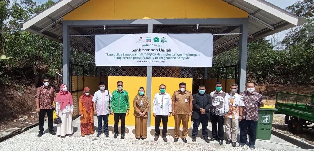 GM Corporate Affairs Asset PT CPI Sukamto Tamrin (kelima dari kiri), Ketua LPPM Unilak Latifa dan Rektor Unilak Dr. Junaidi, S.S M.Hum berfoto bersama setelah acara peresmian Bank Sampah Unilak pada 29 Maret 2021.