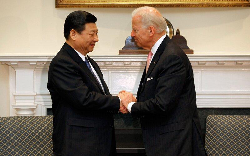 Xi Jinping dan Joe Biden dalam pertemuan tahun 2012 di Gedung Putih - Bloomberg