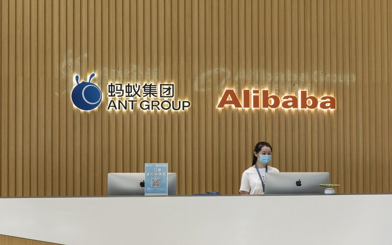 Salah satu karyawan di kantor Ant Group - Bloomberg