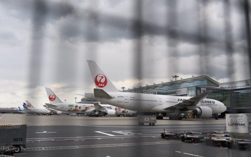 Pesawat Japan Airlines tengah parkir di Bandara Haneda, Jepang. - Bloomberg