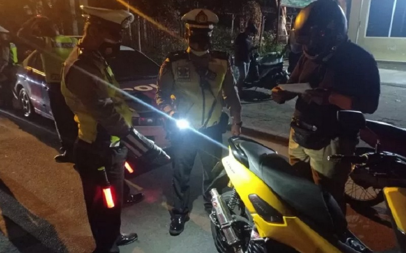 Penindakan tilang kepada pengendara yang menggunakan knalpot bising oleh Satlantas Polres Metro Jakarta Utara di wilayah Cempaka Putih, Jakarta, Senin (19/4/2021). - Antara\r\n\r\n