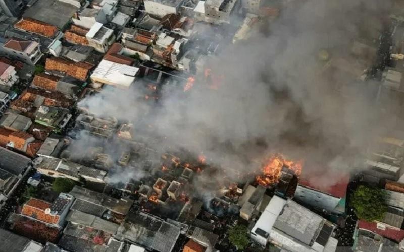 Kebakaran di Tamansari, Jakarta Barat, Minggu (18/4/2021). - Antara