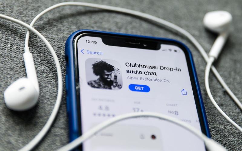 Clubhouse merupakan aplikasi yang membiarkan penyelenggara mengadakan sebuah ruang obrolan layaknya siaran radio daring.  - Bloomberg