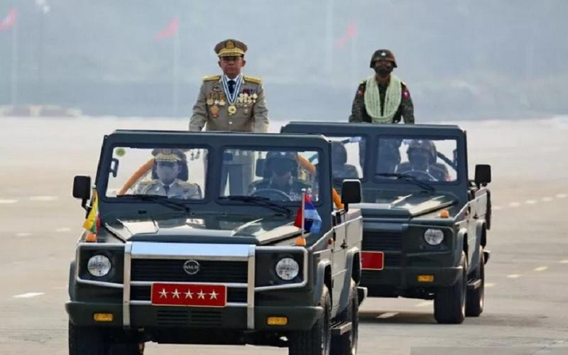 Kepala junta Myanmar Jenderal Senior Min Aung Hlaing, yang menggulingkan pemerintah terpilih dalam kudeta pada 1 Februari, memimpin parade militer pada Hari Angkatan Bersenjata di Naypyitaw, Myanmar, Sabtu (27/3/2021). - Antara/Reuters