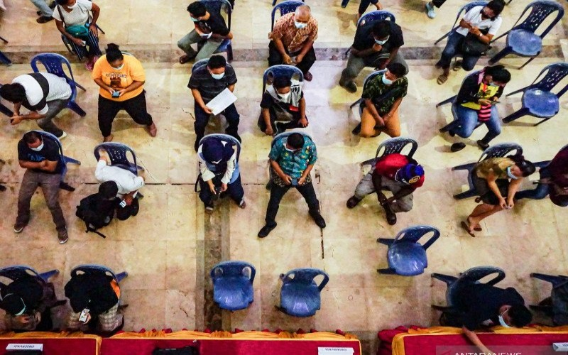Peserta menunggu untuk keperluan observasi setelah mendapat suntikan vaksin Covid-19 dalam kegiatan vaksinasi yang dilakukan di Kantor Gubernur Papua di Jayapura, Kamis (8/4/2021), pada petugas pelayanan publik, tenaga kesehatan dan atlet. - ANTARA FOTO/Indrayadi T.H.