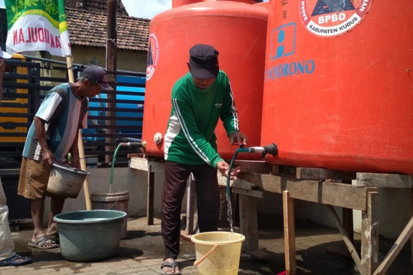 Warga Desa Kedungdowo, Kecamatan Kaliwungu, Kabupaten Kudus, Jawa Tengah mengambil air bersih dari bak penampungan yang disediakan BPBD Kudus, Rabu (15/8 - 2018). (Antara/Akhmad Nazaruddin Lathif)