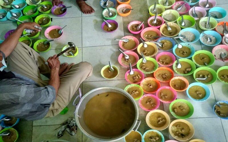 Penyajian bubur India di Masjid Jami Pekojan Semarang. - Bisnis/Alif Nazzala R.