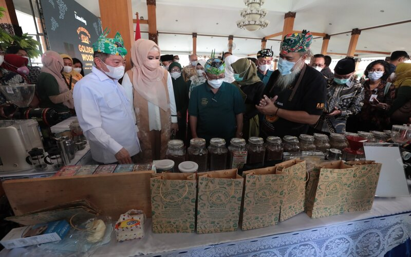 Menteri Perencanaan Pembangunan Nasional/ Kepala Bappenas Suharso Monoarfa menghadiri peluncuran Golden Wood Coffee di Pendopo Kab. Situbondo, Minggu (18/4/2021) -  Bappenas