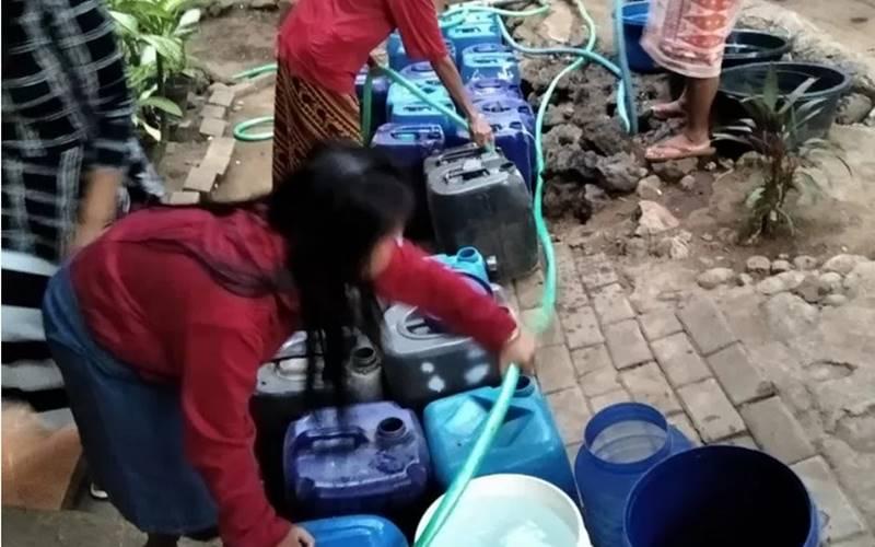 Bantuan air bersih kepada wilayah kekeringan di Pasuruan, Jawa Timur. - Antara