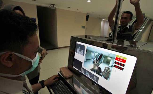 Petugas mengoperasikan alat deteksi suhu tubuh, Thermal Scanner, di Bandara Adi Soemarmo, Ngemplak, Boyolali, Kamis (23/1/2020). - JIBI/Muhammad Ferri Setiawan