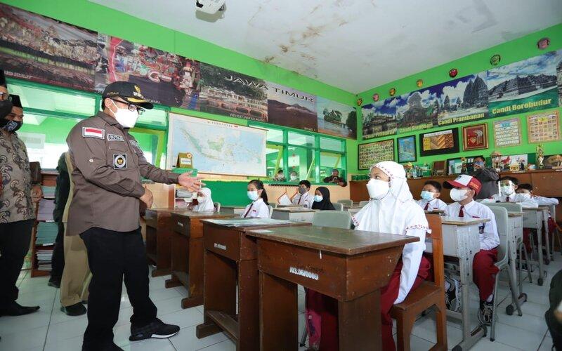 Wali Kota Malang Sutiaji meninjau pembelajaran luring di SDN Kauman I, Senin (19/4/2021). - Istimewa