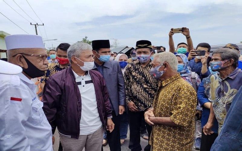 Bupati Kabupaten OKI Iskandar (kedua dari kiri) mendatangi warga di lokasi kebakaran Desa Terusan Laut Kecamatan Sirah Pulau (SP) Padang. istimewa