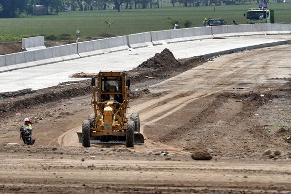 Pekerja menyelesaikan pembangunan jalan tol, - JIBI/Sunaryo Haryo Bayu