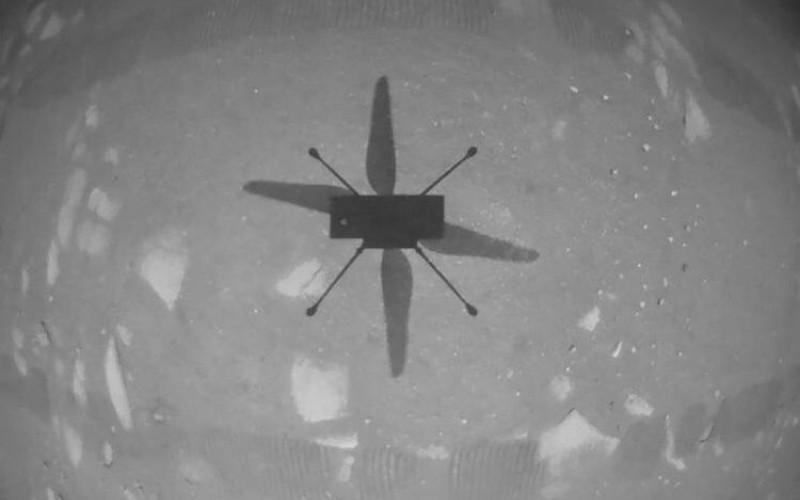 Demonstrasi tersebut melihat helikopter Ingenuity naik ke ketinggian sekitar 3 meter, melayang, berputar, dan kemudian mendarat.  - Instagram (@nasa)