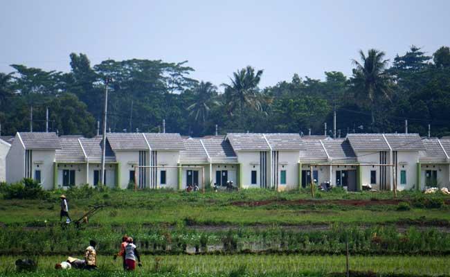 Pekerja menyelesaikan pembangunan perumahan di Jonggol, Kabupaten Bogor, Jawa Barat. - Bisnis.com