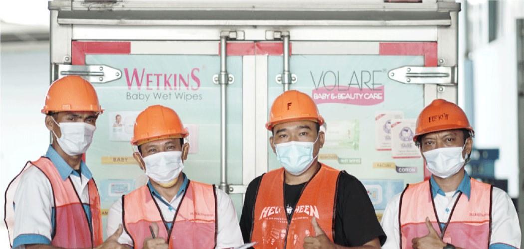 Jajaran karyawan Falmaco sebelum mengirimkan produk tisu Wetkins ke konsumen. - Laman Falmaco