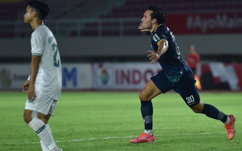 Penyerang Persib Bandung Ezra Walian (kanan) setelah menjebol gawang PS Sleman. - Persib.co.id
