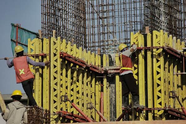 Pekerja membangun konstruksi gedung bertingkat di kawasan Daan Mogot, Tangerang, Kamis (3/8). - JIBI/Felix Jody Kinarwan