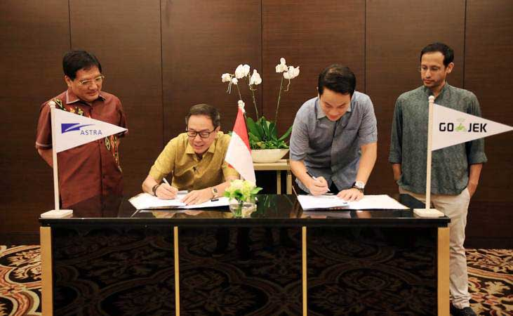 Co-Founder GOJEK Andre Soelistyo (kedua kanan) saat menandatangani kesepakatan pembentukan perusahaan patungan dengan Astra, di Jakarta, Senin (4/3/2019). - ANTARA FOTO