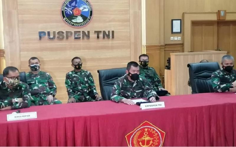 Kepala Pusat Penerangan TNI, Mayor Jenderal TNI Achmad Riad (empat kiri) saat memimpin jumpa pers terkait vaksin nusantara di aula Pusat Penerangan TNI, di Markas Besar Cilangkap, Jakarta Timur, Senin (19/4/2021). - Antara\r\n\r\n