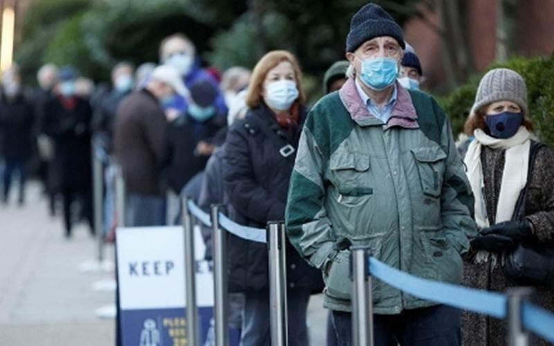 Warga mengantre memasuki Lapangan Lord's Cricket untuk menerima vaksin virus corona (Covid-19), di tengah mewabahnya penyakit tersebut, di London, Inggris, Jumat (22/1/2021)./Antara - REUTERS/John Sibley