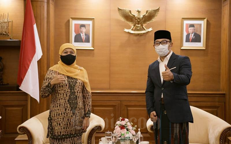 Gubernur Jatim Khofifah Indar Parawansa berfoto bersama Gubernur Jabar Ridwan Kamil - Istimewa/Humas Jabar