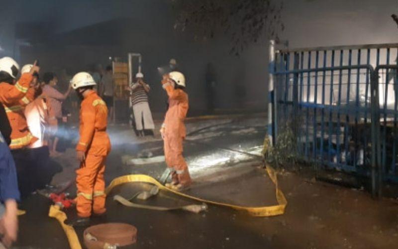 Petugas pemadam kebakaran berupaya memadamkan api di gudang mebel di Jl Raya Pulogebang RT 11 - 06 No. 78 Pulogebang, Cakung, Jakarta Timur pada Senin 19 April 2021 / Istimewa