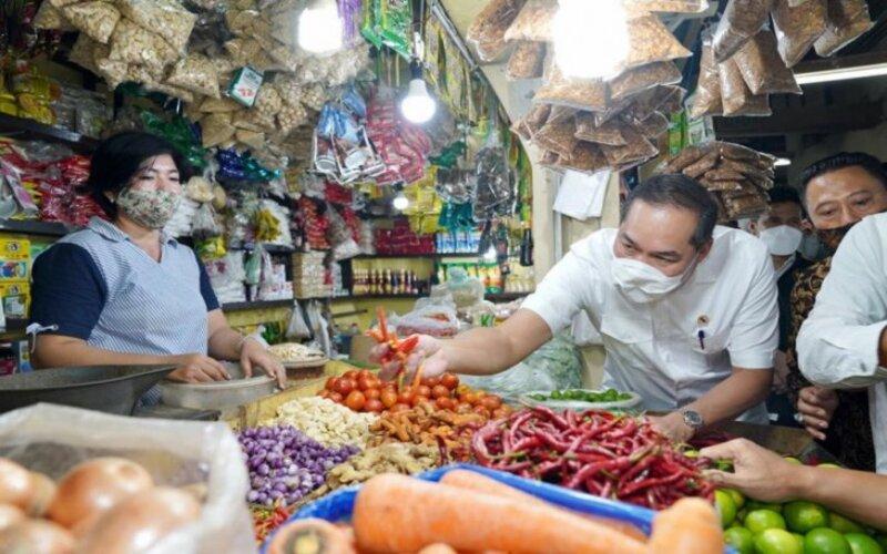 Menteri Perdagangan Muhammad Lutfi saat memantau harga di Pasar Wonokromo Surabaya, Selasa (20/4/2021). - Kemendag