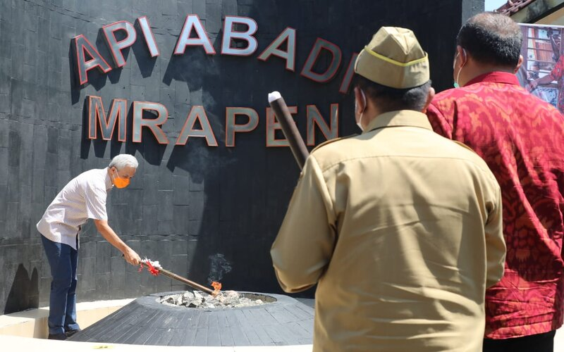 Gubernur Jateng Ganjar Pranowo menyalakan api abadi Mrapen di Grobogan. - Dok Pemprov Jateng