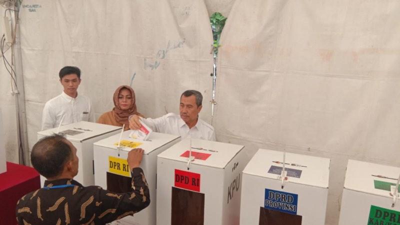 Gubernur Riau Syamsuar beserta keluarga menyalurkan hak suara Pemilu 2019 di TPS 003 Kelurahan Sukamulya, Kecamatan Sail, Kota Pekanbaru, Rabu (17/4/2019).  - Istimewa.