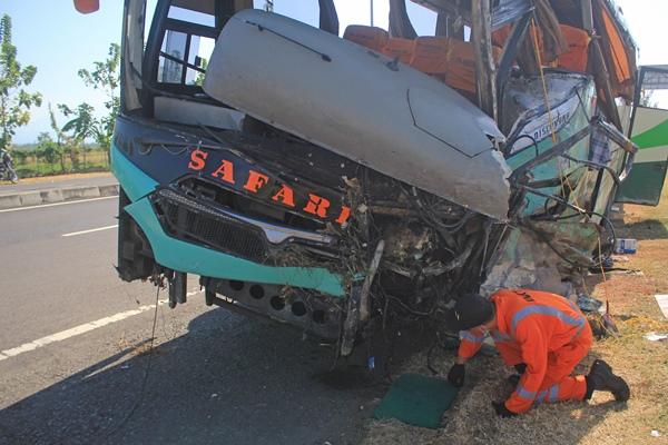 Kecelakaan bus di tol Cipali - ANTARA FOTO/Dedhez Anggara