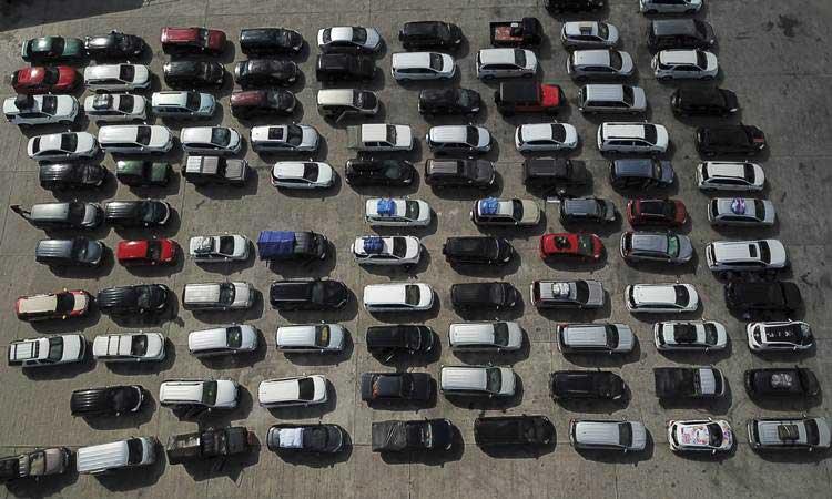 Sejumlah kendaraan pemudik menunggu keberangkatan KMP Legundi tujuan Surabaya di Pelabuhan Lembar, Lombok Barat, NTB, Jumat (31/5/2019). - Antara/Ahmad Subaidi