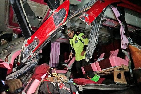 Petugas mengecek kondisi bus yang terlibat tabrakan di jalan raya Situbondo, Ketapang, Banyuwangi, Jawa Timur, Kamis, (27/12/2018). Kecelakaan yang melibatkan Bus Bali Radiance dan Bus Tiara Mas di jalan raya Situbondo, Ketapang, Banyuwangi, Jawa Timur, Kamis, (27/12/2018). - ANTARA/Budi Candra Setya