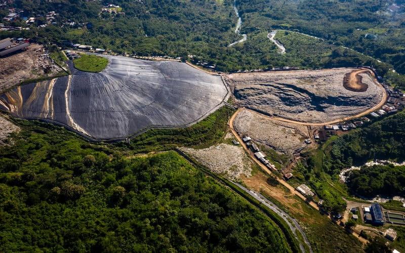 Foto udara lapisan geomembran menutup hamparan lahan bekas timbunan sampah untuk menghasilkan metana pada proyek Pembangkit Listrik Tenaga Sampah (PLTSa) Landfill Gas (kiri) di Tempat Pembuangan Akhir Jatibarang, Kota Semarang, Jawa Tengah, Sabtu (17/4/2021). Pada tahun 2021 Pemerintah Kota Semarang berencana mengembangkan proyek Pengelolaan Sampah Energi Listrik (PSEL) berteknologi insinerator yang akan menghasilkan 20 Megawatt listrik. - Antara/Aji Styawan.