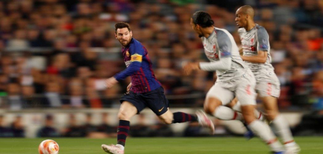 Lionel Messi dikawal pemain Liverpool dalam laga pertama semifinal Liga Champions - Reuters