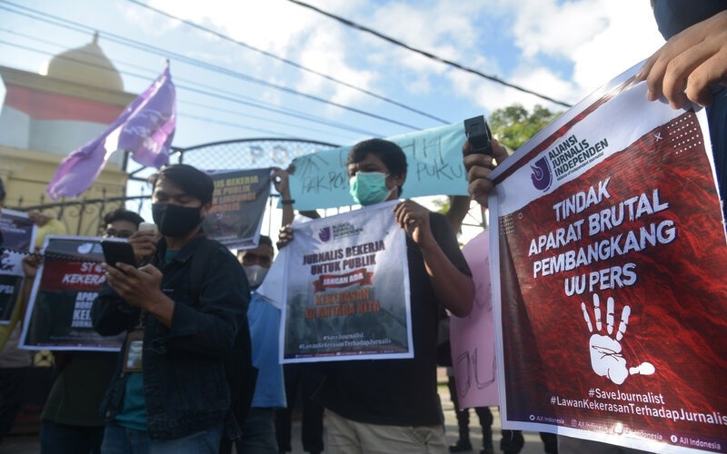 Sejumlah jurnalis yang berhimpun dalam Aliansi Jurnalis Independen (AJI) membentangkan poster dan spanduk saat menggelar aksi di Polda Aceh, Banda Aceh, Aceh, Kamis (15/4/2021). Jurnalis Aceh mengutuk tindak kekerasan terhadap wartawan Tempo, Nurhadi di Surabaya yang diduga pelakukanya aparat keamanan serta mendesak Polri serius mengusut kasus tersebut dan menghukum pelakunya. - Antara/Ampelsa.