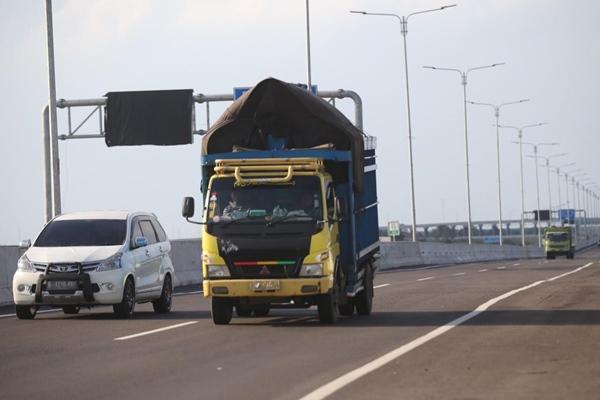 Truk sarat muatan melintasi jalur lintas Sumatra Timur di Kayu Agung, Ogan Komering Ilir, Jumat (3/5/2019). - Bisnis/Tim Jelajah Infrastruktur Sumatra 2019/Abdullah Azzam.