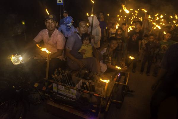 Ilustrasi - Sejumlah warga mengikuti takbiran menggunakan obor di daerah Bom Baru, Kota Pekanbaru, Riau, Kamis malam (14/6). Malam takbiran jelang Idul Fitri 1439 Hijriah di Kota Pekanbaru diwarnai pawai 1.000 obor yang merupakan tradisi warga Bom Baru untuk menyemarakan malam Lebaran. - Antara