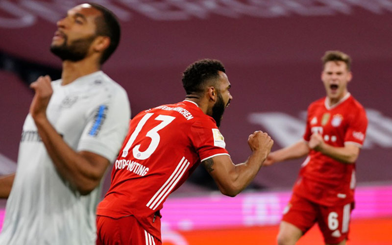 Penyerang Bayern Munchen Eric maxim Choupo Moting (tengah) selepas menjebol gawang Bayer Leverkusen. - TwitterFCBayernEN