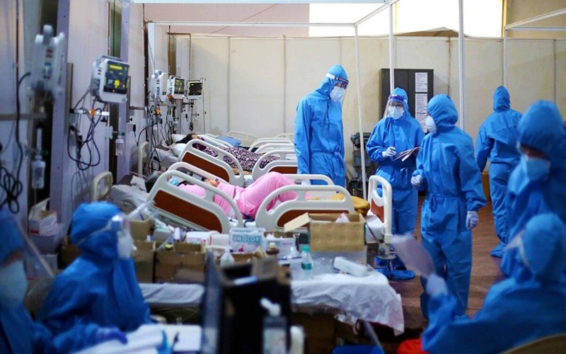 Tenaga medis berupaya menyelamatkan pasien di tengah serangan gelombang kedua Covid-19 di India  -  Express Photo by Amit Chakravarty