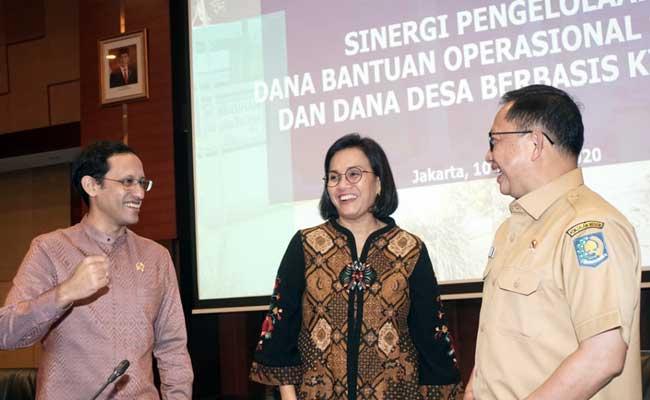 Menteri Pendidikan dan Kebudayaan Nadiem Makarim (dari kiri) berbincang dengan Menteri Keuangan Sri Mulyani Indrawati dan Menteri Dalam Negeri Tito Karnavian sebelum melakukan konferensi pers di Jakarta, Senin (10/2/2020). Bisnis - Himawan L Nugraha