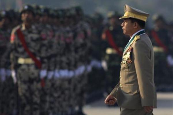 Panglima militer Myanmar Jenderal Min Aung Hlaing memeriksa pasukan saat parade memperingati 67 tahun angkatan bersenjata negeri itu pada 27 Maret 2012 di Ibu Kota Naypyitaw. - Reuters/Soe Zeya Tun
