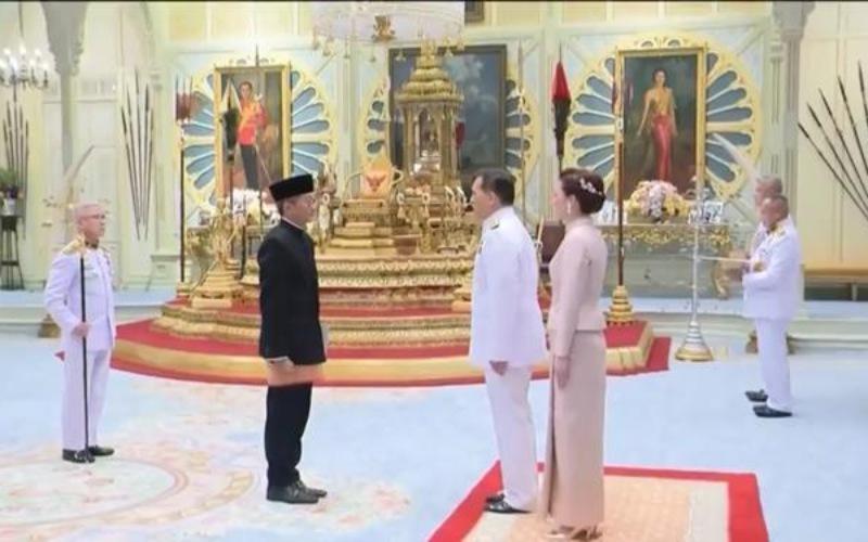 Duta Besar RI untuk Thailand Rachmat Budiman (kiri) menemui Raja Thailand Yang Mulia Raja Maha Vajiralongkorn Phra Vajiraklaochaoyuhua di Ambara Villa, Istana Dusit, Bangkok, Selasa (20/4/2021) sore - Kemenlu