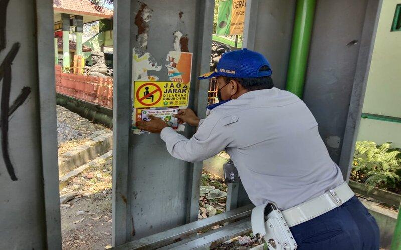 Dinas Perhubungan Kota Malang memasang stiker imbauan kepada warga agar menerapkan jaga jarak di halte-halte mengantisipasi terjadinya kerumunan dengan diberlakukan pembelajaran luring SD-SMP di Kota Malang. - Istimewa