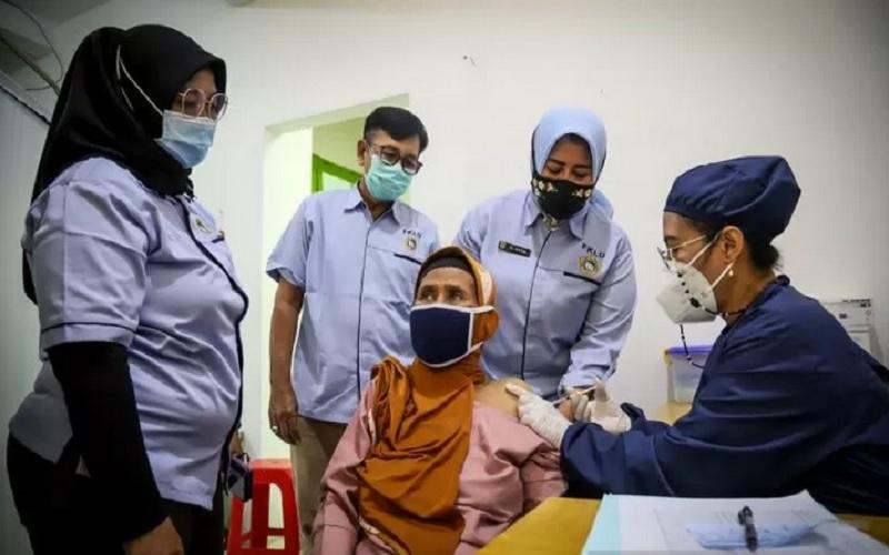 Ilustrasi - Vaksinasi warga lanjut usia (lansia) di Jakarta Utara. - Antara