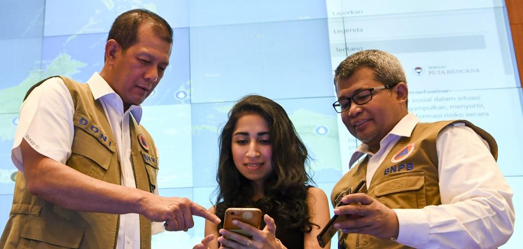 Kepala Badan Nasional Penanggulangan Bencana (BNPB) Letjen TNI Doni Monardo (kiri) bersama Direktur Yayasan Peta Bencana Nashin Mahtani (tengah), dan Kepala Pusat Data Informasi dan Komunikasi Kebencanaan BNPB Agus Wibowo (kanan) mencoba mengakses platform PetaBencana.id saat diluncurkan di Graha BNPB, Jakarta, Selasa (11/2/2020). - Antara / Hafidz Mubarak A