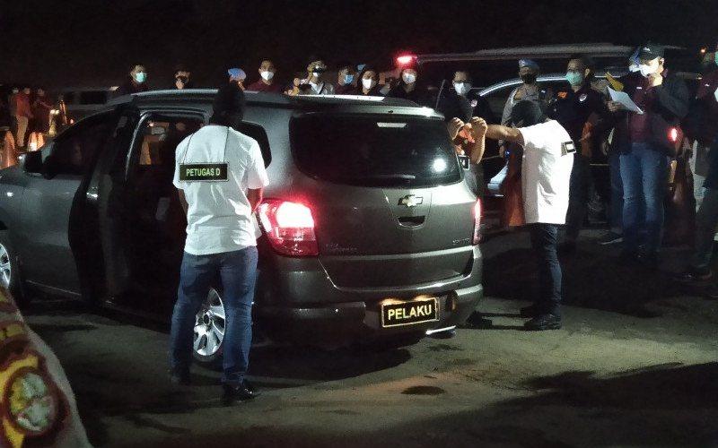 Sebuah adegan dalam rekonstruksi penembakan anggota FPI di rest area kilometer 50 jalan Tol Jakarta-Cikampek. - Antara/Ali Khumaini