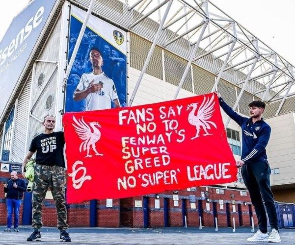Para fans sepakbola mengecam European Super League (ESL) atau liga super Eropa. Manchester City menjadi tim pertama yang menarik berkas dan mengundurkan diri sebagai tim yang akan bertanding  dalam European Super League. - ilustrasi