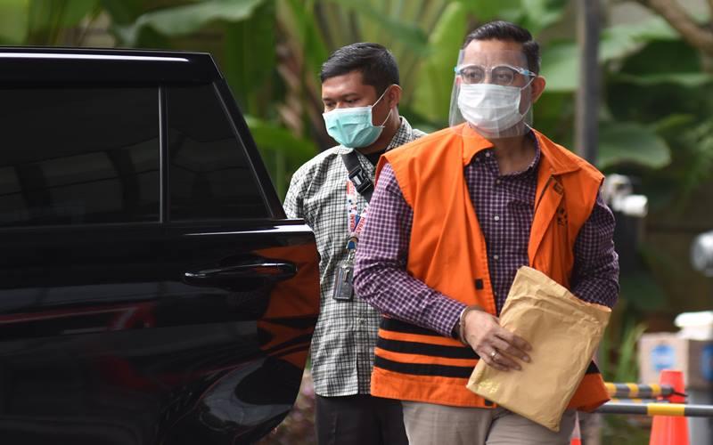 Tersangka mantan Menteri Sosial Juliari Peter Batubara (kanan) tiba untuk menjalani pemeriksaan di Gedung Merah Putih KPK, Jakarta, Kamis (1/4/2021). - Antara